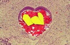 Herz vom gelben Papier auf Herz-förmigem lizenzfreie stockfotos