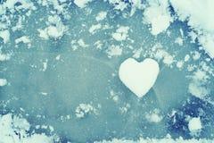 Herz vom Schnee auf Eis Flache Schärfentiefe Zu küssen Mann und Frau ungefähr Stockfotos