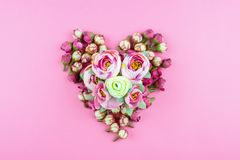 Herz von Blumen auf einem rosa Hintergrund stockbild