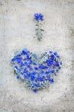 Herz von Blumen auf Weinlesehintergrund Stockfotografie