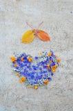 Herz von Blumen auf Weinlesehintergrund Stockbilder