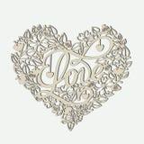 Herz von Blumen mit einem Schlüssel und der Wortliebe auf den Karten für Valentinstag stockfoto