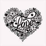 Herz von Blumen mit einem Schlüssel und der Wortliebe auf den Karten für Valentinstag stockfotos