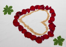 Herz von den Blättern von Rosen und von Weizen Stockfotografie