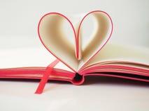 Herz von den Buchseiten stockbild
