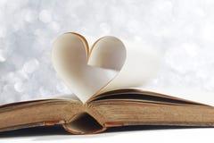 Herz von den Buchseiten Stockfotos