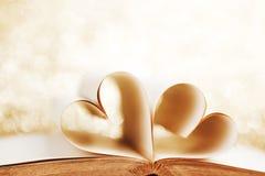Herz von den Buchseiten Stockfoto