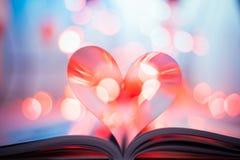 Herz von den Buchseiten lizenzfreie stockbilder