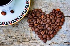 Herz von den Kaffeebohnen Stockfoto