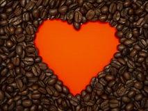 Herz von den Kaffeebohnen auf Rot lizenzfreie stockfotos