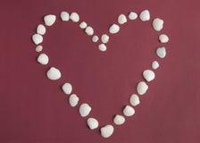 Herz von den weißen Muscheln Valentinsgruß `s Tag Stockfoto