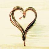 Herz von der Farbe ropes auf einem hölzernen alten Hintergrund Romantische Karte Stockfoto