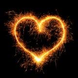 Herz von der Wunderkerze auf Schwarzem Stockfotografie