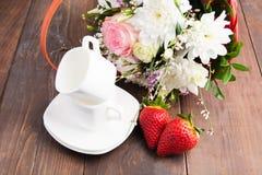 Herz von Erdbeeren und von zwei Schalen mit dem Blumenstrauß bereit zu romant Stockfotografie