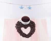 Herz von Kaffeebohnen und von weißem Schalen- und Schwarzemkaffee mit starfi Stockbilder