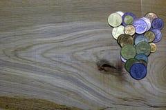 Herz von Münzen auf hölzernem Hintergrund Stockbild