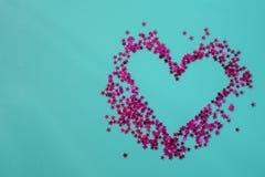 Herz von rosa Sternen auf einem blauen Hintergrund Ist nach innen f?r Text leer Flache Lage, Draufsicht, Kopienraum stockfotografie