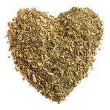 Herz von trockenen Teeblättern mit Kameraden auf weißem Hintergrundisolat Stockfoto