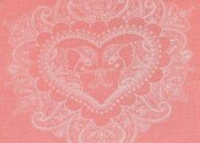 Herz zart gezeichnet in Weiß auf einem rosa Hintergrund Stockfotografie