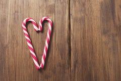 Herz zu Ehren Valentinsgruß ` s Tages gemacht von der Zuckerstange auf einem Hintergrund von alten hölzernen Planken Stockfotografie