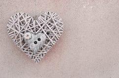 Herz zwei auf dem wall& x28; Valentine& x27; s-day& x29; lizenzfreie stockfotografie