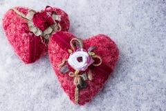 Herz zwei handgemacht auf dem Schnee Lizenzfreies Stockfoto