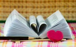 Herzbuch geformt Stockbilder