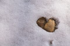 Herzdesign im Schnee auf kalten Wintertagsteinen Stockfotos
