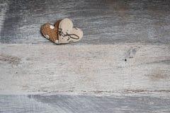 Herzen auf abgenutztem Holz Lizenzfreie Stockbilder