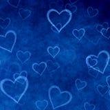 Herzen auf blauem Hintergrund des Valentinstags. Liebesbeschaffenheit Stockfoto