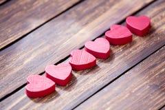Herzen auf dem Tisch Stockfoto