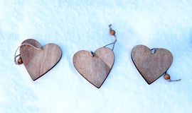 Herzen auf dem Weihnachtsbaum, Schnee, Winter, Valentinsgruß ` s Tag im Park Lizenzfreie Stockfotos