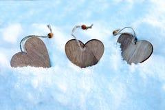 Herzen auf dem Weihnachtsbaum, Schnee, Winter, Valentinsgruß ` s Tag im Park Lizenzfreies Stockfoto