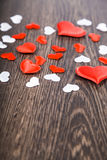 Herzen auf einem dunklen hölzernen Hintergrund Lizenzfreies Stockbild