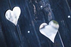 Herzen auf einem hölzernen Tor Stockbilder