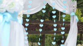 Herzen auf einem Hochzeitsbogen stock video