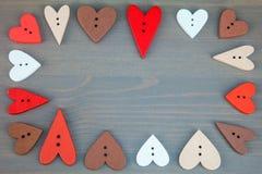 Herzen auf grauem hölzernem Hintergrund Stockbild