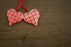 Herzen auf hölzerner Beschaffenheit Rosa Herz zwei Stockbild