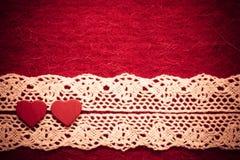 Herzen auf rotem Stoffhintergrund Stockbilder