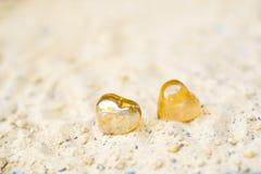 Herzen auf Sand auf dem Strandkonzept des Gefühls stockfotos