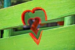 Herzen auf Zaun stockfoto
