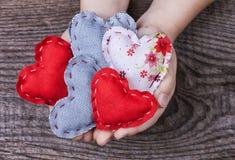 Herzen in den Händen der Kinder Lizenzfreie Stockfotografie