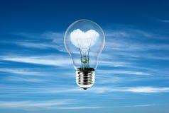 Herzen in der Glühlampe mit der Energie der Natur Lizenzfreies Stockfoto