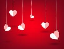 Herzen, die in einem roten Hintergrund hunging sind Liebeshintergrundschablone Lizenzfreie Stockfotos