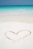 Herzen gezeichnet in Strand Lizenzfreie Stockbilder
