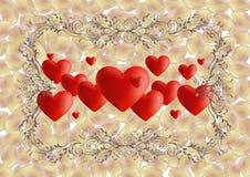 Herzen mit aufwändigem Rahmen und den rosafarbenen Blumenblättern Stockbild