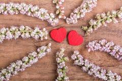 Herzen mit Blume auf Holz Lizenzfreie Stockfotografie