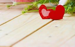 Herzen mit Blumen auf hölzerner Tabelle, Valentinsgruß ` s Tageshintergrund Lizenzfreies Stockfoto