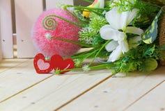 Herzen mit Blumen auf hölzerner Tabelle, Valentinsgruß ` s Tageshintergrund Stockbilder