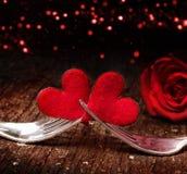 Herzen, rosafarben und Gabeln für Valentinsgruß ` s Tag Lizenzfreie Stockfotos